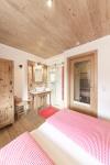 Schlafzimmer mit Dusche und Waschbecken