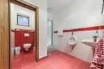 Dusche, WC, Waschbecken und Urinal Mittelgeschoss